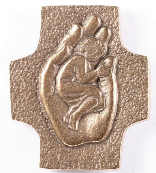 Bronzekreuz - Kind in Händen