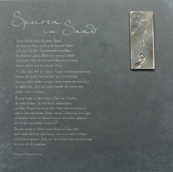 Schieferplatte - Spuren im Sand