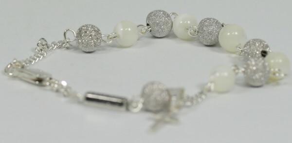 Armband - Silberfarbene & helle Perle