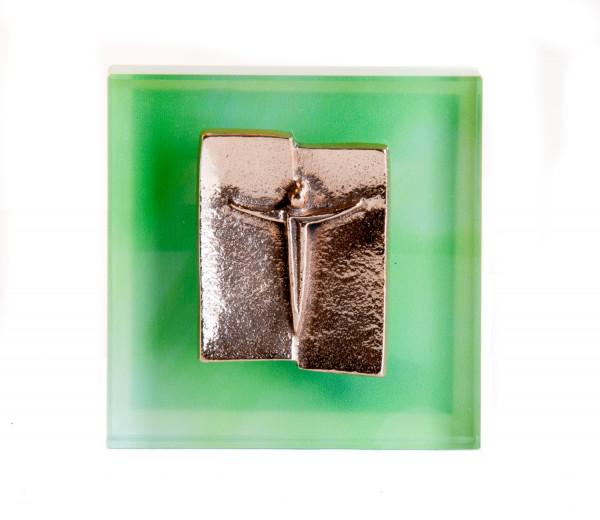 Glasrelief - Bronzekorpus mit grünem Hintergrund